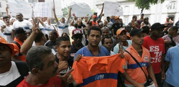 Gari Bruno da Rosa (no centro) foi um dos demitidos pela Comlurb - Fábio Gonçalves/Agência O Dia/Estadão Conteúdo