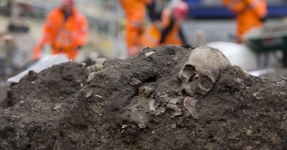 17.mar.2015 - Crânio é encontrado durante trabalhos de escavação no cemitério Bedlam em Londres, na Inglaterra, nesta terça-feira (17). Os arqueólogos começaram a escavar cerca de 3.000 esqueletos históricos, incluindo as de vítimas da peste, de um cemitério que se tornará uma nova estação de trem. A empresa Crossrail, responsável pela obra, disse que a escavação perto da estação de Liverpool Street está sendo realizada junto com o Museu de Arqueologia de Londres