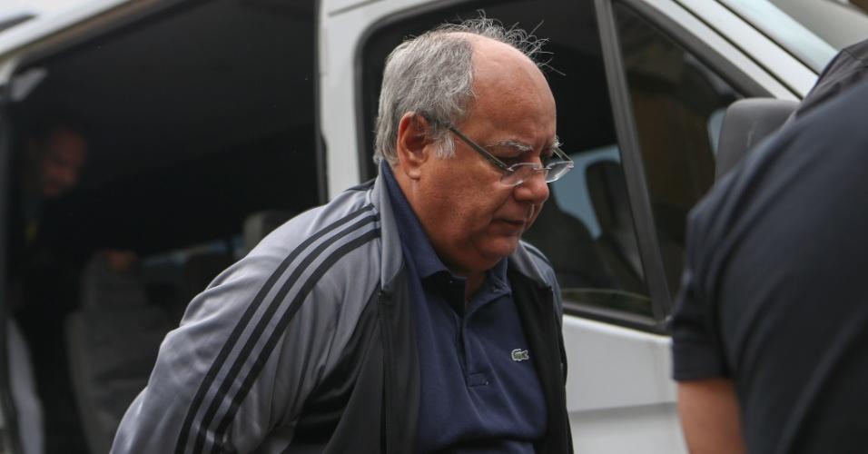 17.mar.2015 - O ex-diretor da Área Serviços e Engenharia da Petrobras, Renato Duque, chega ao Instituto Médico Legal (IML) de Curitiba (PR), onde realizou exame de corpo de delito nesta terça-feira (17). Ele foi detido na 10ª fase da Operação Lava Jato, que investiga o esquema de corrupção na estatal