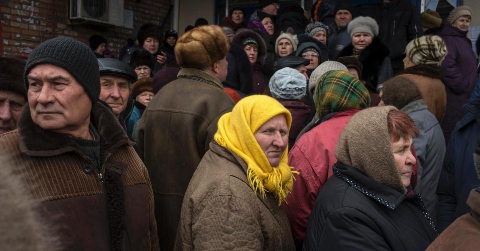 17.mar.2015 - Pessoas fazem fila para receber ajuda humanitária na cidade de Debaltseve, sob domínio dos combatentes pró-Rússia