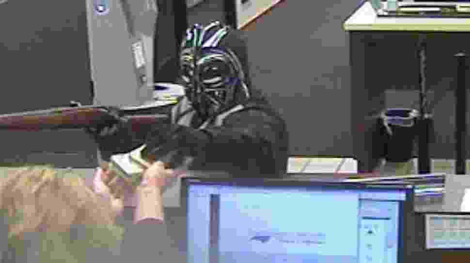 17.mar.2015 - Um homem vestindo uma máscara de Darth Vader e roupas pretas roubou um banco de Pineville, na Carolina do Norte. A polícia e o FBI estão tentando identificar o suspeito, que está foragido. O mascarado entrou no banco com uma arma de cano longo e pediu dinheiro para uma bancária, ele fugiu em uma SUV. Não foi divulgado quanto dinheiro foi roubado - Pineville Police Department/Divulgação