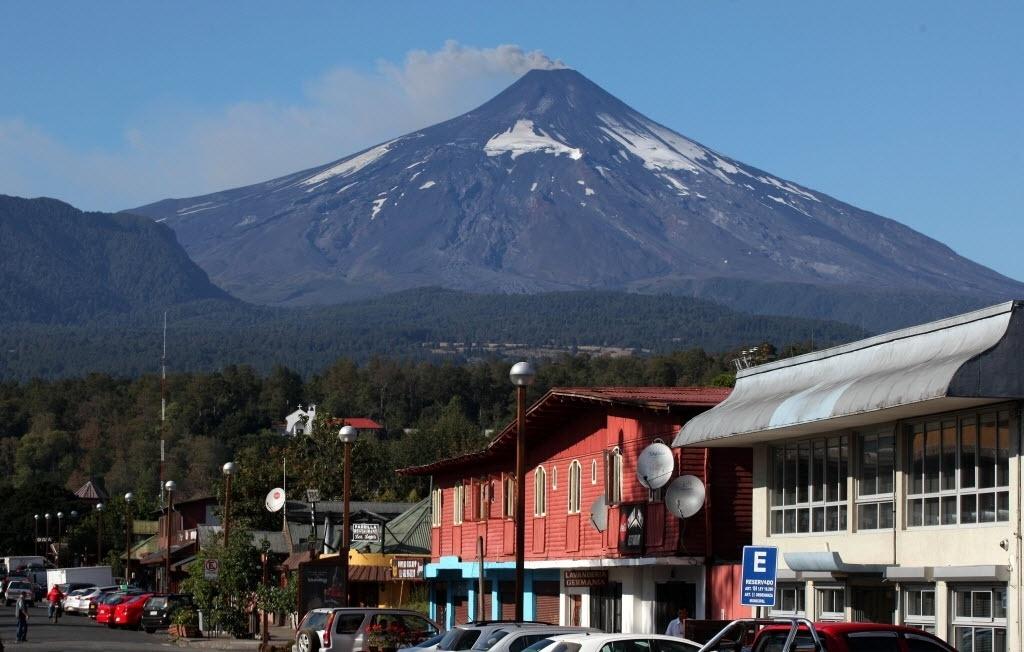 18.mar.2015 - O vulcão de Villarrica, nas imediações de Pucón, no Chile, aumentou suas atividades sísmicas nesta quarta-feira (18). As autoridades chilenas aumentaram o nível de alerta de laranja para laranja, nível de alerta preventivo