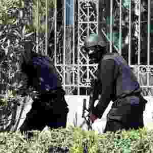 18.mar.2015 - Forças de segurança da Tunísia atuam na área do Museu Bardo, que foi invadido por homens armados, em Túnis, na Tunísia - Fethi Belaid/AFP