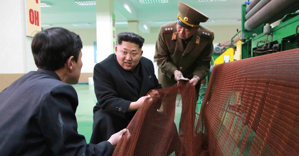 18.mar.2015 - O líder norte-coreano, Kim Jong-un (centro), visita fábrica de redes de pesca do Exército em Pyongyang, em foto sem data divulgada nesta quarta-feira (18) pela agência de notícias estatal