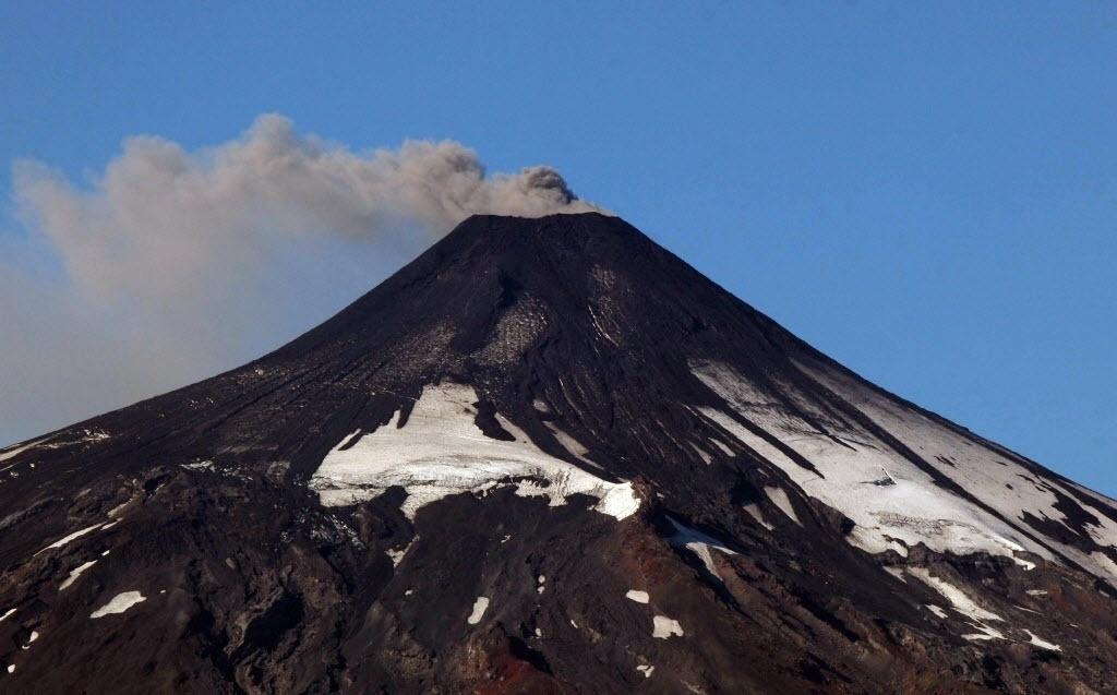 18.mar.2015 - O vulcão Villarrica expele fumaça e cinzas nesta quarta-feira (18) na região de La Araucanía, no Chile. A atividade sísmica do vulcão aumentou nas últimas horas o que fez com que as autoridades elevassem de amarelo para laranja o nível de alerta preventivo