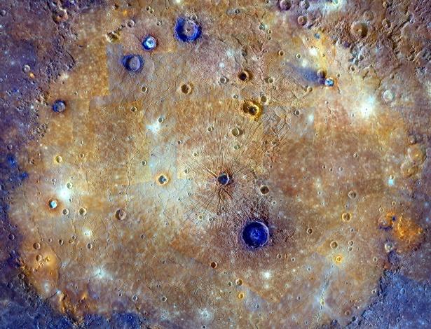 Imagem feita pela sonda Messenger da superfície de Mercúrio revela crateras e escarpas que se estendem durante quilômetros