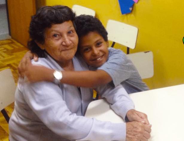 Maria das Mercês Silva, 66, voltou a estudar para ajudar no neto nas lições de casa - Divulgação/Prefeitura de Curitiba