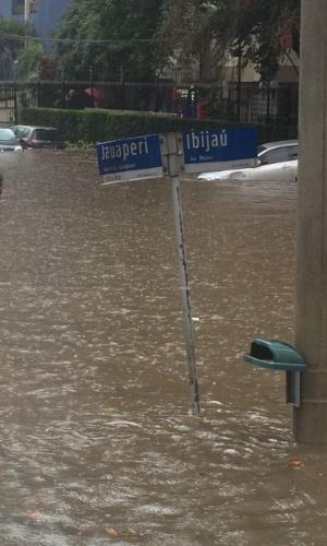19.mar.2015 - Cruzamento das ruas Jauaperi e Ibijaú, submerso pela água da chuva, nesta quinta-feira (19), em Moema, São Paulo. A imagem foi enviada pelo internauta Aroldo Pires para o Whatsapp do UOL (11) 97500-1925