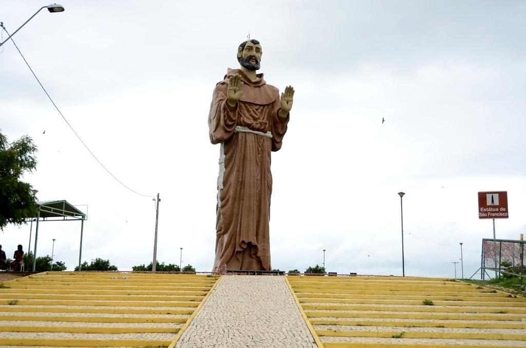 19.mar.2015 - Estátua gigante de São Francisco das Chagas, padroeiro de Canindé (a 115 km de Fortaleza), é a principal atração da cidade, cuja economia é baseada no turismo religioso