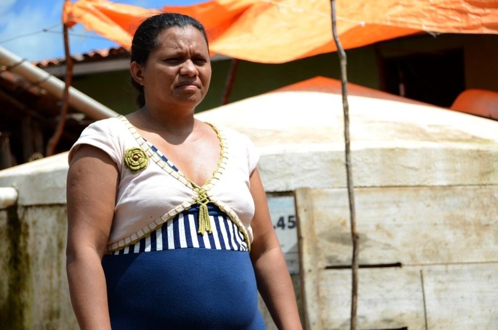 19.mar.2015 - Há cinco anos a dona de casa Raimunda Pinto de Souza, 36, tem água na torneira depois da construção de um 'açude inteligente' na comunidade rural de Barra do Bento, em Canindé (CE)