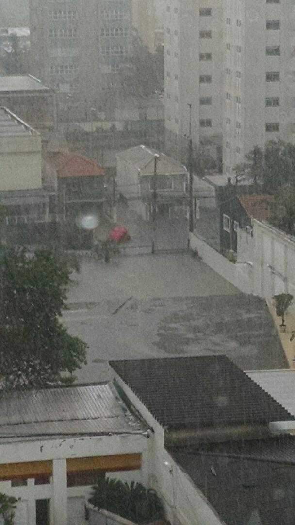 19.mar.2015 - Internauta registrou ponto de alagamento na esquina das ruas Iraí e Jurupis, em Moema, zona sul de São Paulo. Na tarde desta quinta-feira (19), a cidade tem 26 pontos de alagamento por causa da forte chuva, sendo que 22 destes pontos são intransitáveis