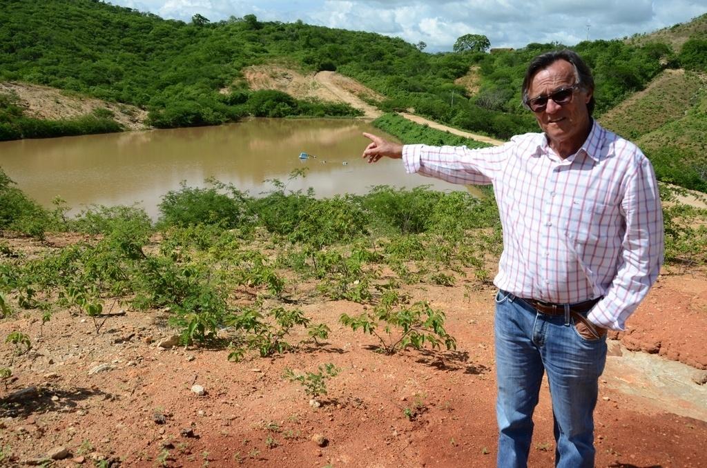 19.mar.2015 - O engenheiro agrônomo José Maria Pimenta é o idealizador do 'açude inteligente'. Segundo ele, é preciso 300 milímetros de chuva para enchê-lo