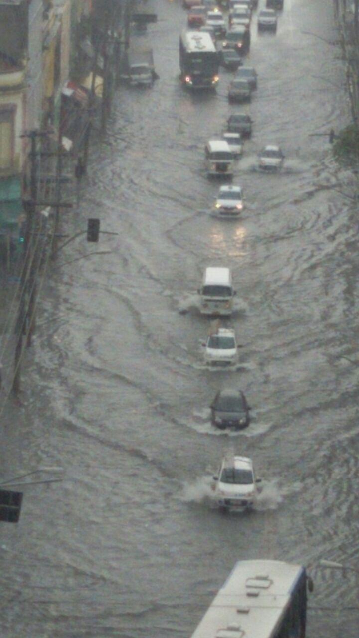 20.mar.2015 - A forte chuva que caiu em São Paulo nesta sexta-feira (20) alagou a avenida Celso Garcia, na região do Belém, na zona leste da capital paulista. A imagem foi enviada pelo internauta Valdemir Leite para o Whatsapp do UOL (11) 97500-1925