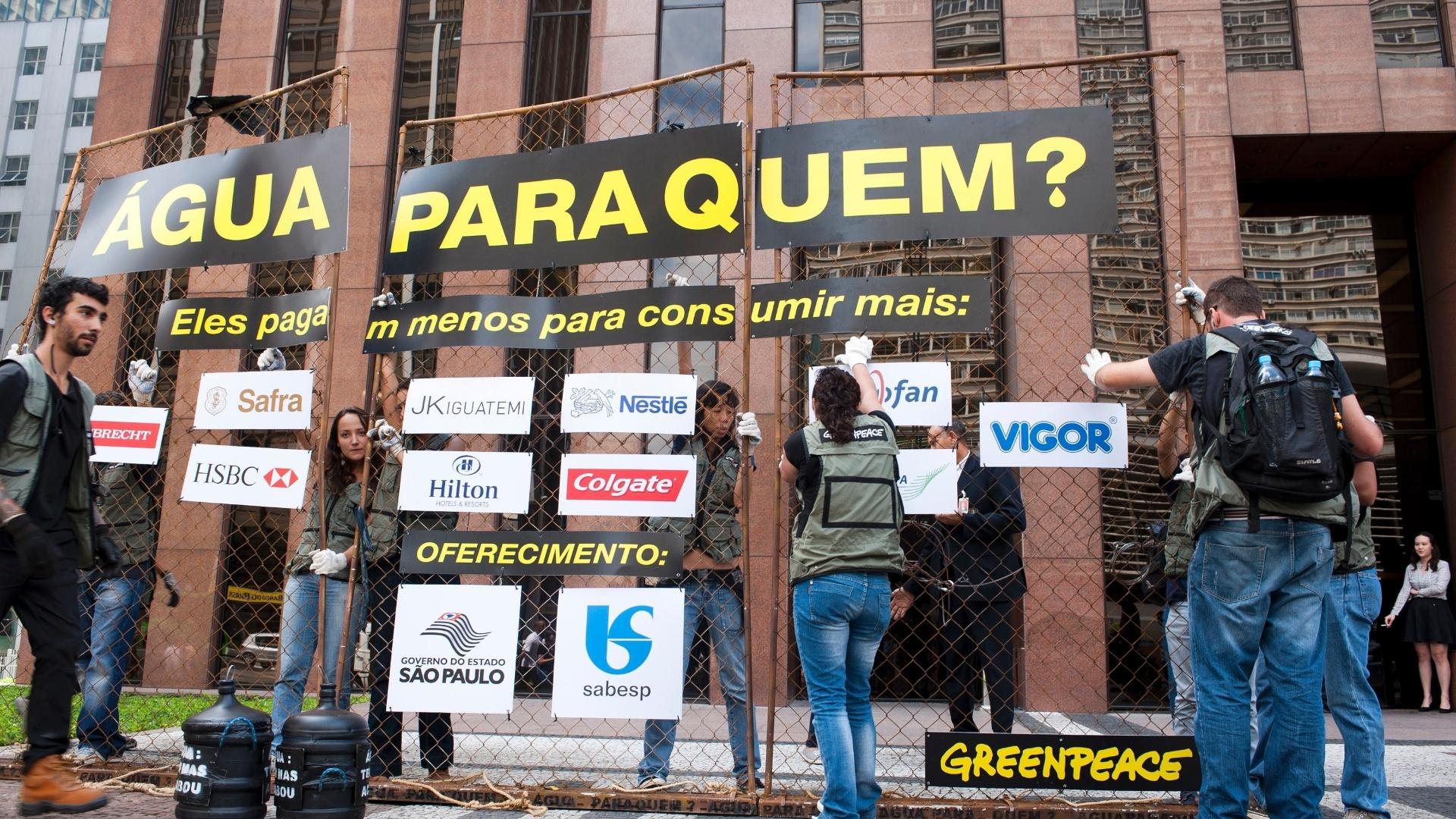 20.mar.2015 - Ativistas do Greenpeace promovem ato na avenida Paulista, na zona sul de São Paulo, contra os descontos que a Sabesp dá para as empresas que são grandes consumidores de água, enquanto a população sofre com a escassez no fornecimento