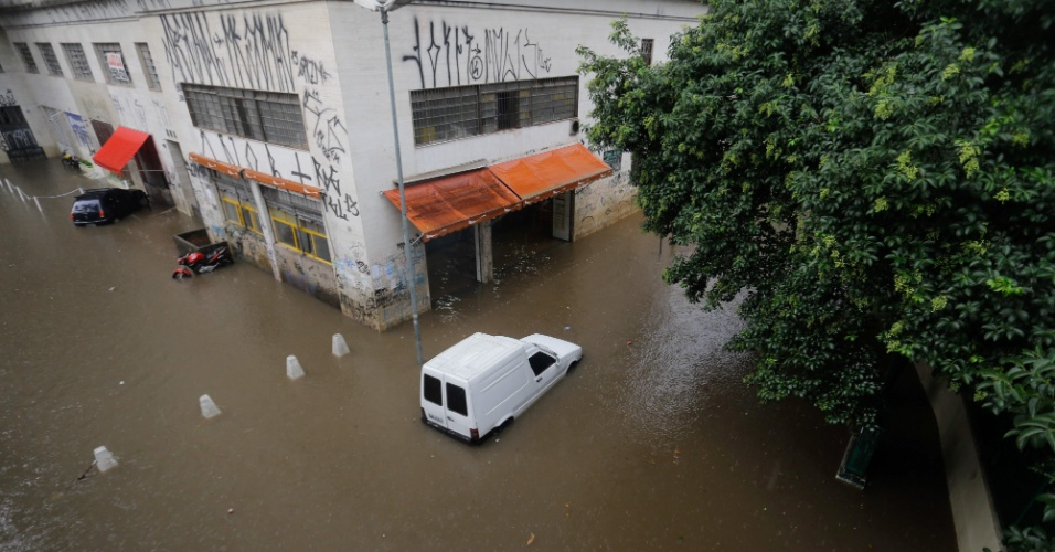 20.mar.2015 - Carro fica ilhado em rua alagada próxima ao terminal Bandeira, no centro de São Paulo, em tarde de chuva forte nesta sexta-feira (20)