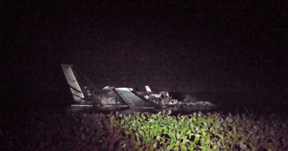 20.mar.2015 - Equipe de resgate encontra o bimotor turboélice de fabricação americana Beechfraft King Air B90, de matrícula argentina LV-CEO, pouco depois de cair, na noite desta quinta-feira (19), no Uruguai. A aeronave perdeu contato com a torre de controle logo após decolar do aeroporto de Laguna del Sauce, junto ao balneário uruguaio de Punta del Este, com destino a Buenos Aires