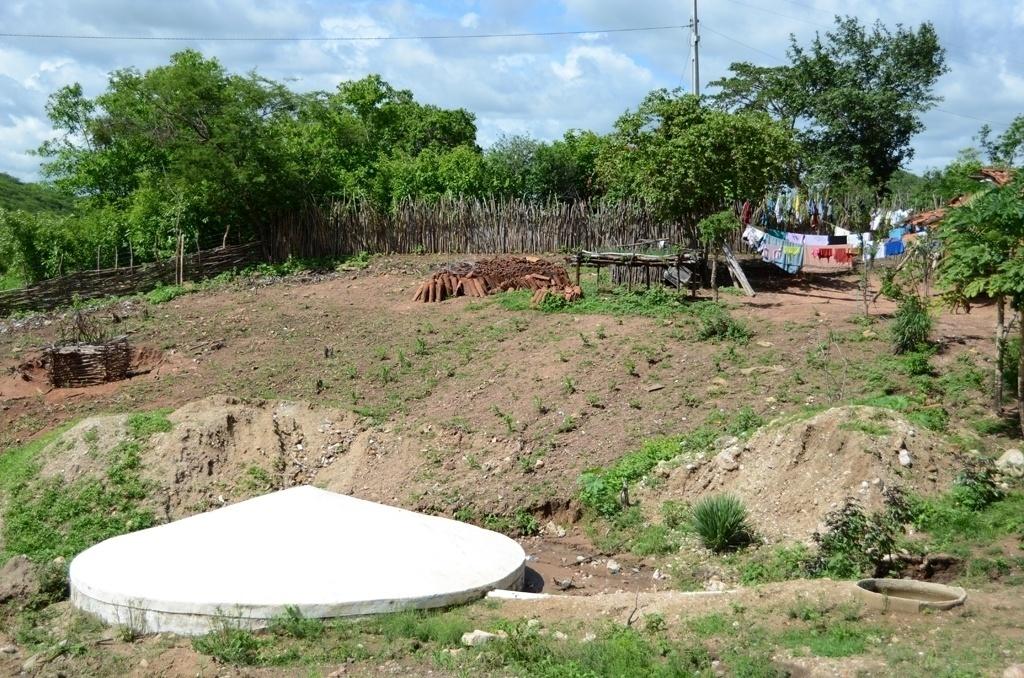 20.mar.2015 - Existe uma cisterna em frente ou ao lado de quase toda casa no interior do Nordeste. Esse tipo de reservatório coberto feito de placas de cimento ou de plástico é ligado à calha do telhado da casa por meio de tubos e é usado para captar água da chuva. Nos últimos 12 anos, foram instaladas mais de 1,1 milhão de cisternas no semiárido brasileiro, segundo o MDS (Ministério do Desenvolvimento Social e Combate à Fome)