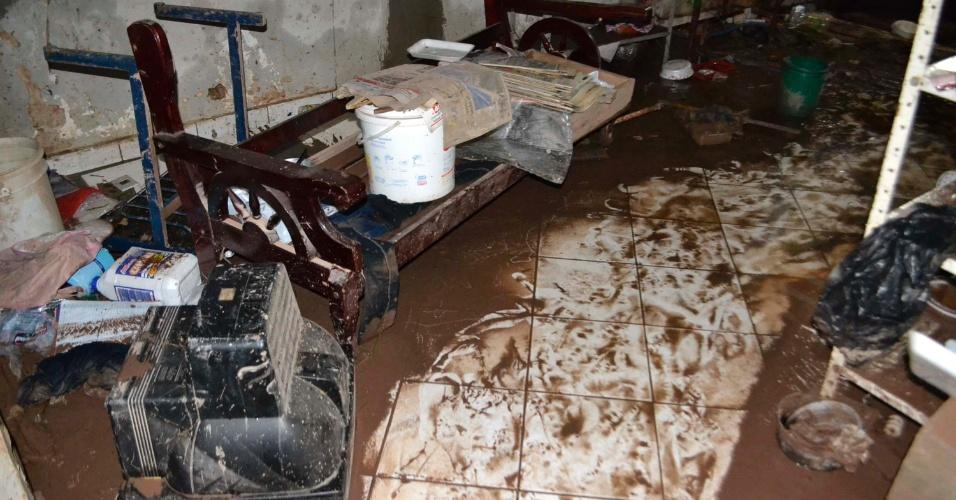 20.mar.2015 - Lixo e barro invadem residências após forte chuva em Taboão da Serra, na região metropolitana de São Paulo. O fundo de uma das casas, localizadas na rua Santa Luzia, desabou. Ninguém ficou ferido