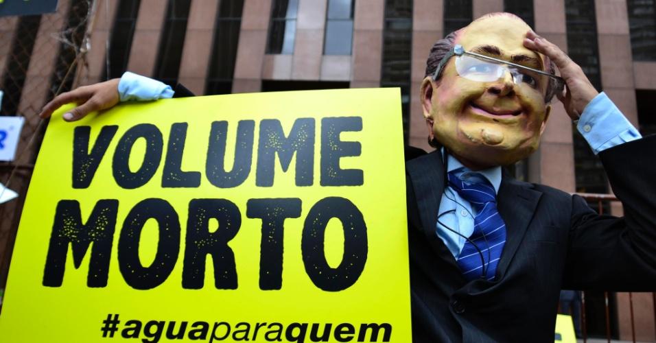 20.mar.2015 - Manifestantes do Greenpeace promovem ato em frente ao banco Safra, na Avenida Paulista, contra os descontos que a Sabesp dá aos grandes consumidores de água, como a instituição financeira. O protesto foi nesta sexta-feira