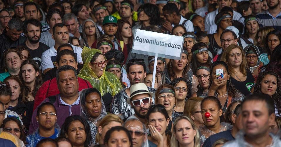 20.mar.2015 - Professores da rede estadual de São Paulo decidem permanecer em greve após assembleia realizada nesta sexta. Eles querem 75,33% de aumento salarial, reabertura de salas fechadas, contratação dos professores temporários, convocação de concursos, entre outras reivindicações. A próxima assembleia acontecerá no dia 27