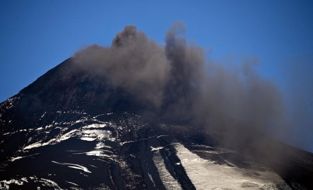 20.mar.2015 - Vulcão Villarrica, localizado a 800 km ao sul de Santiago, no Chile, expele fumaça e cinzas. No início deste mês, em sua primeira grande erupção em 15 anos, o Villarrica forçou a evacuação de milhares de pessoas em meio a uma chuva de fogo e cinzas