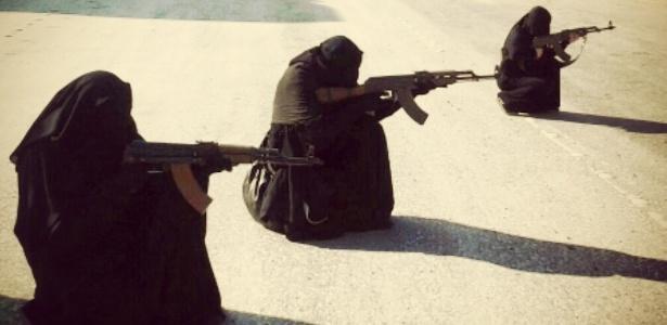 Mulheres empunham metralhadoras em foto divulgada em uma rede social do EI - Reprodução/Twitter