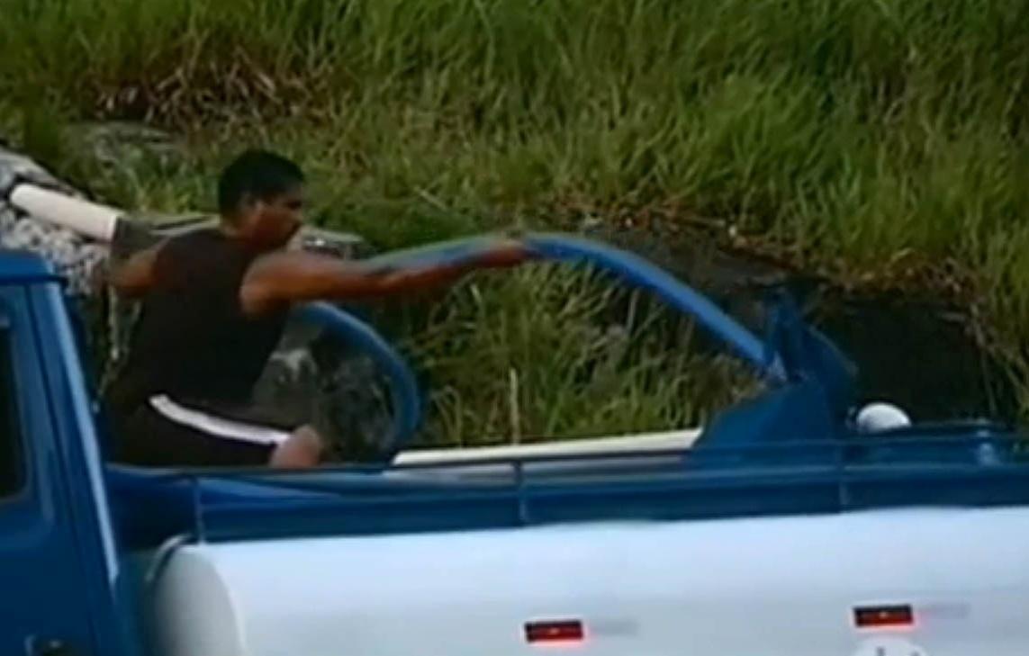 21.mar.2015 - Grupos começam a roubar água das nascentes em áreas de proteção ambiental para vender ilegalmente em caminhões-pipa na região serrana da BR-040, no Rio de Janeiro