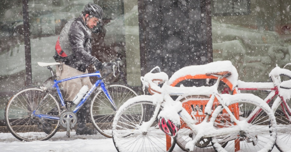 23.mar.2015 - Ciclista pedala durante tempestade de neve em Chicago, após a chegada da primavera