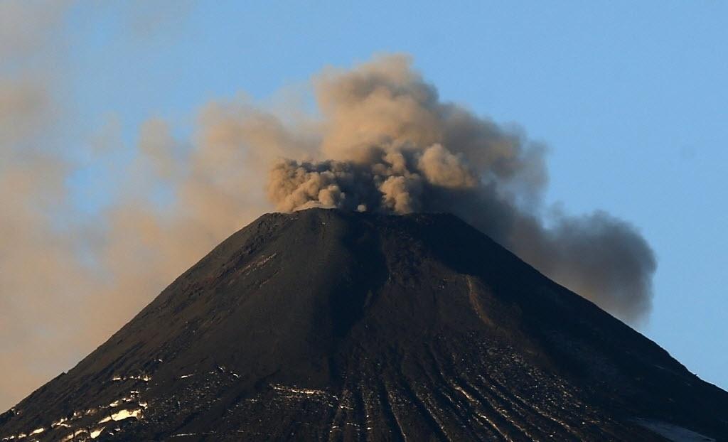 23.mar.2015 - Vulcão Villarrica expele fumaça em Pucon, cerca de 780 quilômetros de Santiago, no Chile. As autoridades mantêm o nível de alerta preventivo após o aumento da atividade do vulcão nos últimos dias, que pode levar a uma erupção iminente