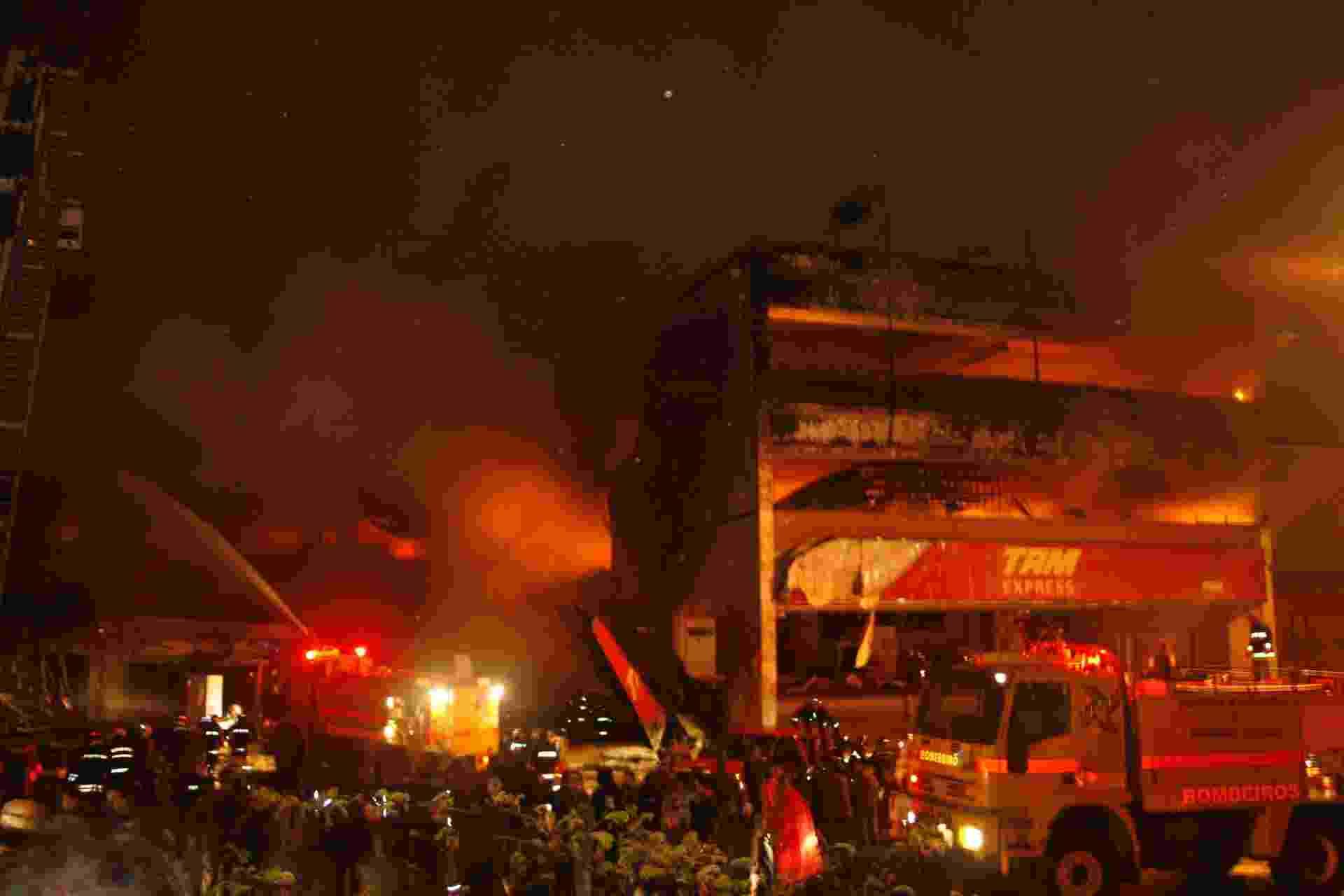 17.jul.2007 - Incêndio atinge prédio da TAM Express após a queda de um avião A320 da TAM no aeroporto de Congonhas, em São Paulo; 199 pessoas morreram - undefined