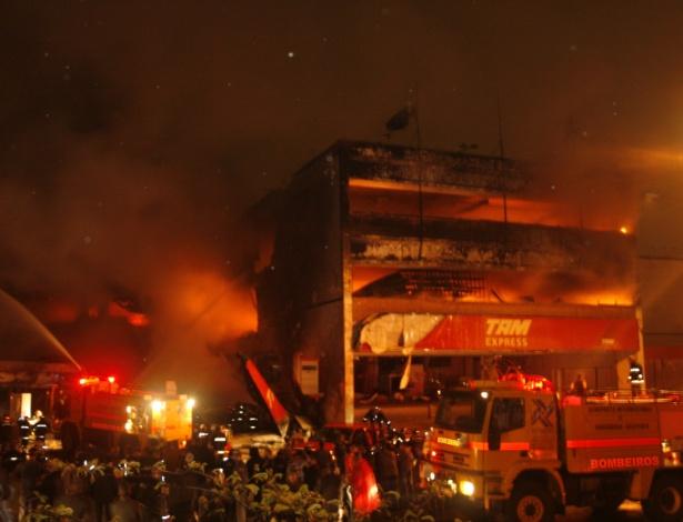 Incêndio em prédio da TAM após queda de um avião no aeroporto de Congonhas, em 2007