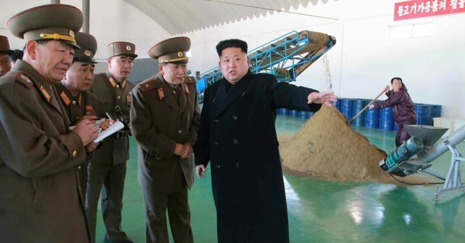 24.mar.2015 - Em foto divulgada pela agência de notícias norte-coreana KCNA, o ditador Kim-Jong-un orienta autoridades em uma fábrica na Coreia do Norte