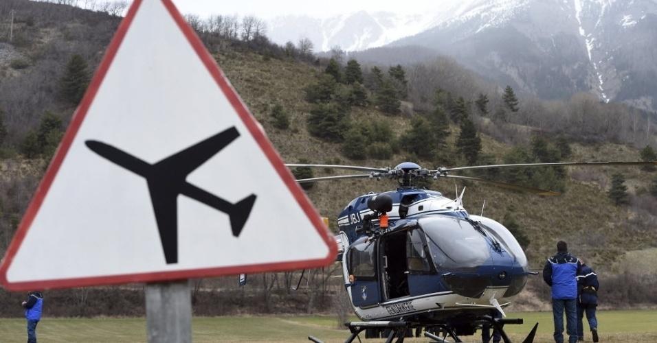 24.mar.2015 - Equipe de resgate deixa área destinada às buscas das 150 pessoas a bordo do voo Airbus A320