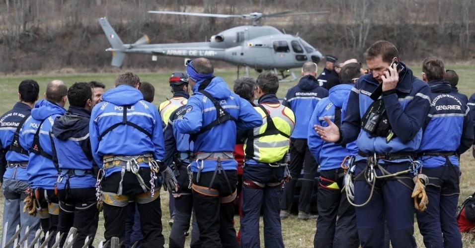 24.mar.2015 - Equipes de resgate montam estrutura de emergência em campo de Seyne, durante buscas do Airbus A320 da Germanwings, que caiu na região dos Alpes franceses, no sudeste da França