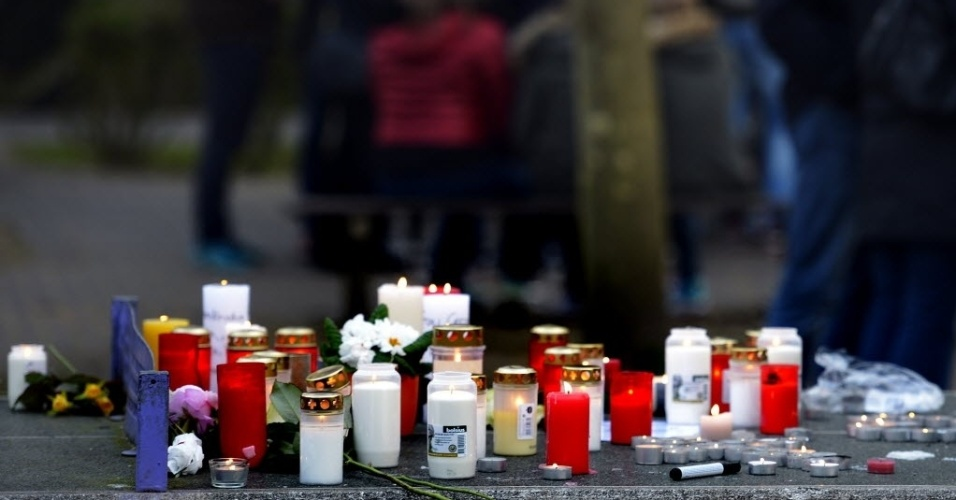 24.mar.2015 - Estudantes da escola Josef-Koenig-Gymnasium, em Haltern am See, na Alemanha, se reúnem e acendem velas em homenagem a 16 colegas e dois professores que estavam a bordo do voo 4U9525 da Germanwings, que caiu nos Alpes franceses. Eles voltavam de viagem de intercâmbio. O voo, que decolou de Barcelona, na Espanha, tinha como destino Dusseldorf, na Alemanha