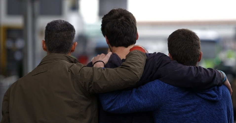 24.mar.2015 - Familiar de passageiro do voo 4U9525 é amparado no aeroporto de El Prat, em Barcelona, na Espanha