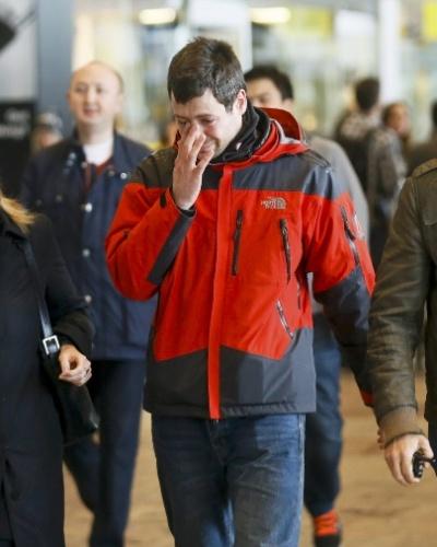 24.mar.2015 - Familiares de passageiros de voo da Germanwings chegam ao aeroporto de El Prat, em Barcelona, na Espanha. O Airbus A320 que levava 146 passageiros e 6 tripulantes da cidade espanhola para Dusseldorf, na Alemanha, caiu nos Alpes franceses. Autoridades francesas dizem não acreditar haver sobreviventes