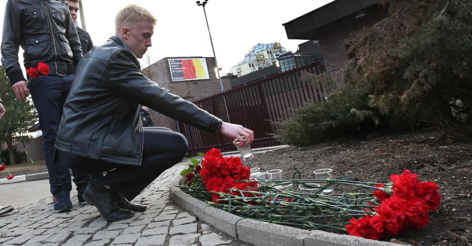 24.mar.2015 - Flores são colocadas em frente à embaixada da Alemanha, em Moscou (Rússia), em homenagem às vítimas da queda do avião da Germanwings, que fazia o voo 4U9525, nos Alpes franceses, sudeste da França, nesta terça-feira (24)