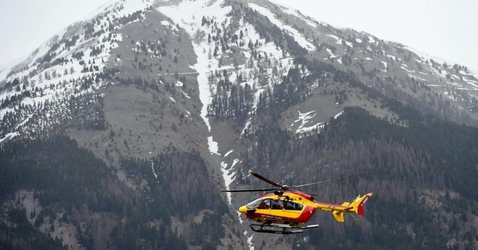 24.mar.2015 - Helicóptero decola de Seyne, no sudeste da França, para realizar buscas no local da queda do voo 4U9525, próximo a um resort de ski, nos Alpes franceses