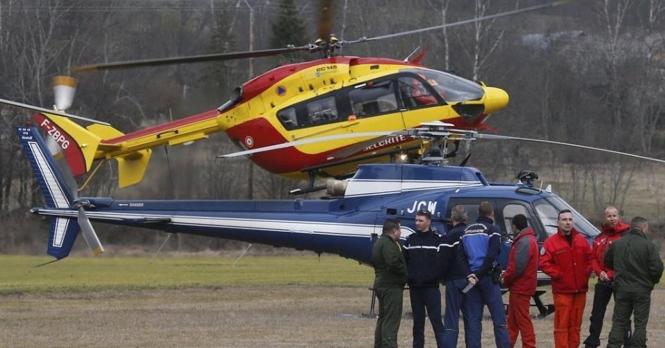 24.mar.2015 - Helicóptero decola de Seyne, no sudeste da França, para realizar buscas no local da queda do voo 4U9525, da Germanwings. O Airbus A320 caiu com 150 pessoas a bordo próximo a um resort de ski, nos Alpes franceses