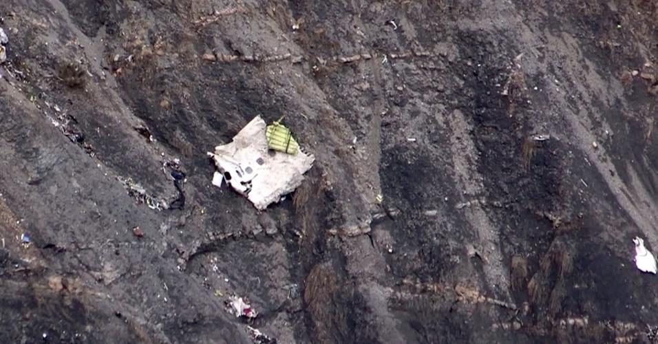 24.mar.2015 - Imagem retirada de vídeo da AFP registra destroço do Airbus 320 da Germanwings, que fazia o voo 4U9525, quando caiu nos Alpes franceses, no sudeste da França, nesta terça-feira (24). Um total de 150 pessoas estava a bordo. Segundo autoridades francesas, não há sobreviventes