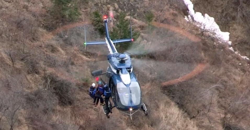 24.mar.2015 - Imagem retirada de video da AFP capta equipes de busca e resgate baixando de um helicóptero no local onde o Airbus 320 da Germanwings, que fazia o voo 4U9525, caiu, nos Alpes franceses, sudeste da França, nesta terça-feira (24)