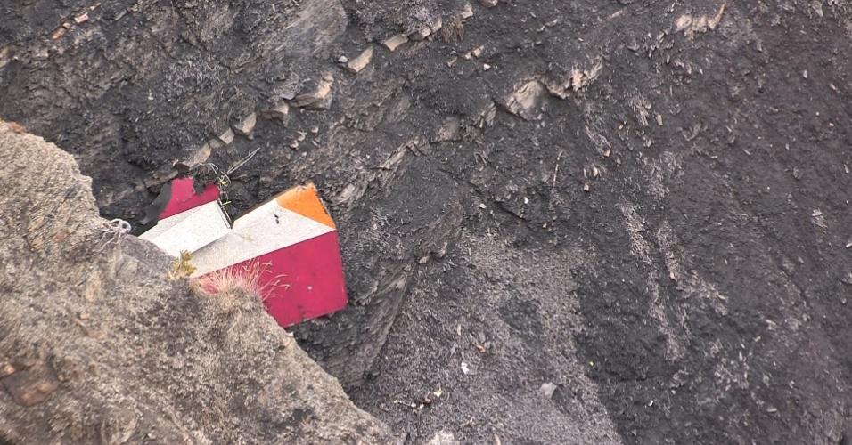 24.mar.2015 - Imagem retirada de vídeo da AFP traz detalhe de parte do estabilizador vertical do Airbus A320 da companhia aérea Germanwings, que caiu nesta terça-feira nos Alpes franceses, próximo à cidade de Seyne. O avião, que havia decolado de Barcelona, na Espanha, com destino a Dusseldorf, na Alemanha, carregava 150 passageiros, incluindo dois bebês de colo