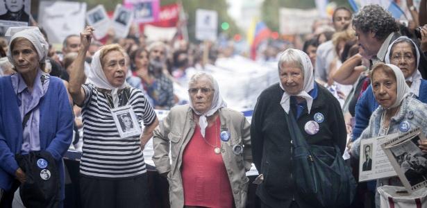 Integrantes de entidades de direitos humanos e familiares de pessoas desaparecidas durante a ditadura militar argentina marcham em Buenos Aires