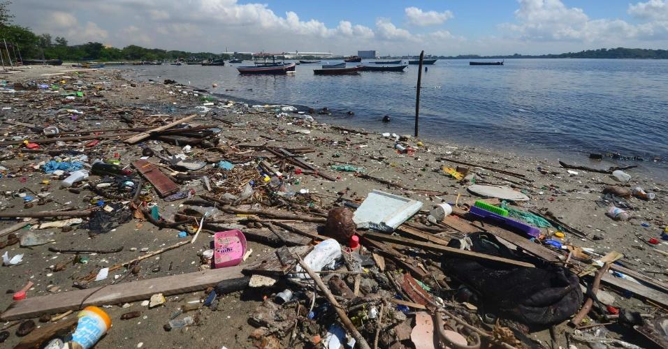 """24.mar.2015 - Lixo se acumula nas margens da baía de Guanabara, no Rio de Janeiro, onde serão disputadas as competições de vela dos Jogos Olímpicos de 2016. A 500 dias da Olimpíada, o governo do Rio não cumpriu nem metade da meta de """"coletar e tratar 80% de todos os esgotos"""". Apresentado em 2009 ao Comitê Olímpico Internacional (COI), o compromisso foi anunciado na época como principal """"legado"""" dos jogos na área ambiental. Seis anos se passaram e a baía continua recebendo 10 mil litros por segundo de esgoto sem tratamento"""