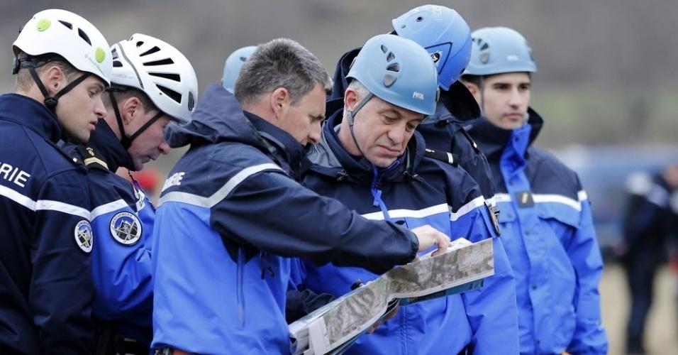 24.mar.2015 - Policiais franceses discutem plano de atuação no local onde o Airbus 320 da Germanwings, que fazia o voo 4U9525, caiu nos Alpes franceses, no sudeste da França, nesta terça-feira (24). Um total de 150 pessoas estava a bordo. Segundo autoridades francesas, não há sobreviventes
