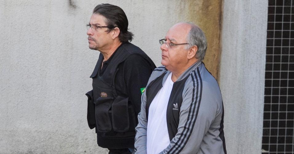 24.mar.2015 - O ex-diretor de Serviços da Petrobras Renato Duque deixa a custódia da Polícia Federal em Curitiba (PR) rumo ao complexo médico-penal de Pinhais, na região metropolitana da capital paranaense. A Justiça Federal do Paraná determinou a transferência de 12 presos da Operação Lava Jato para o presídio