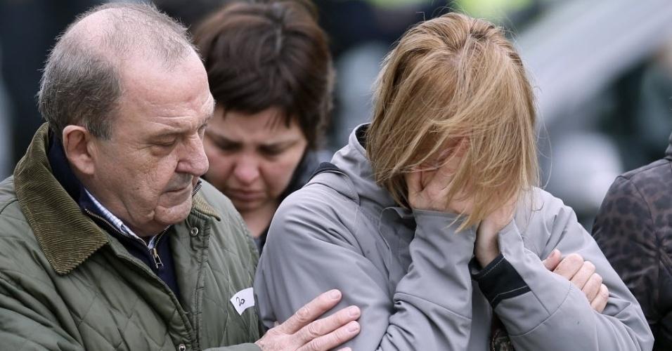 24.mar.2015 - Parentes de vítimas do voo 4U9525 choram a perda de entes queridos no aeroporto de El Prat, em Barcelona. O Airbus A320 de Germanwings caiu nos Alpes franceses após ter decolado de Barcelona com destino a Dusseldorf, na Alemanha