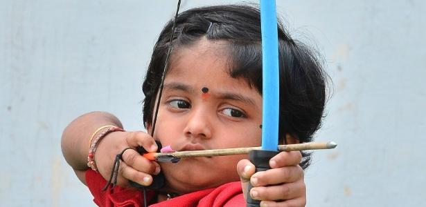 A indiana Dolly Shivani Cherukuri, 2, bateu recorde de tiro com arco