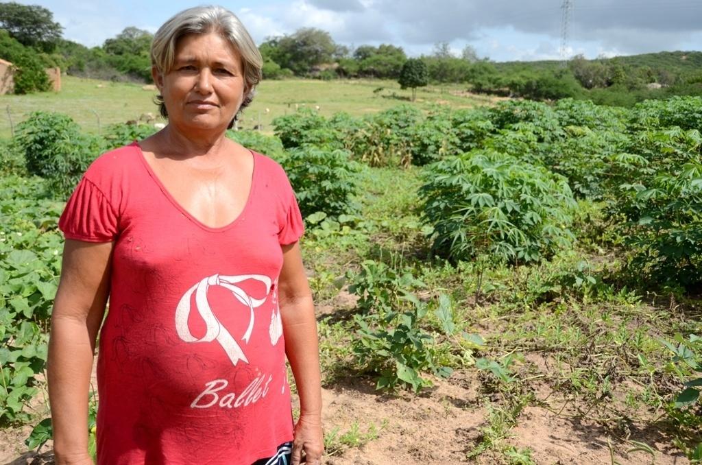 25.mar.2015 - A agricultora Damiana Tereza Dantas Leal, 54, comemora a instalação da 'barragem subterrânea' em sua pequena propriedade em Jaicós (a 379 km de Teresina)